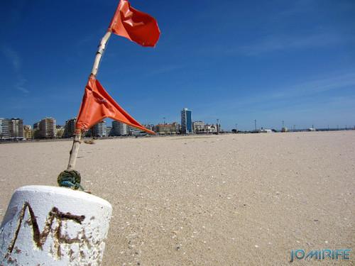Bóia perdida no areal da praia da Claridade na Figueira da Foz (1)