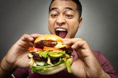 o-homem-novo-tem-um-grande-desejo-comer-um-hamburg