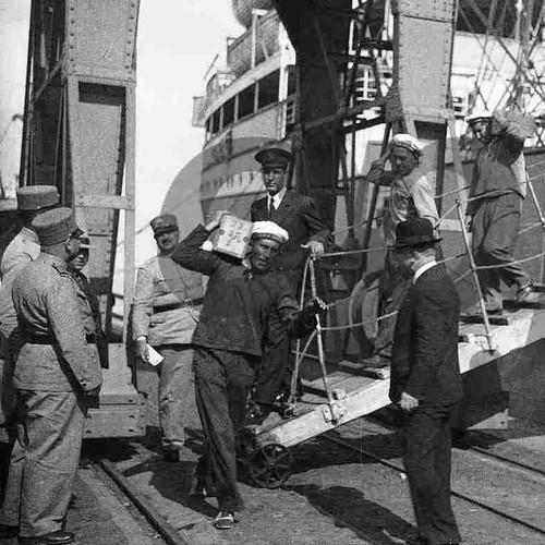 Desembarque de caixotes com ouro destinados ao Banco de Portugal («O Século, 31/III/1937)