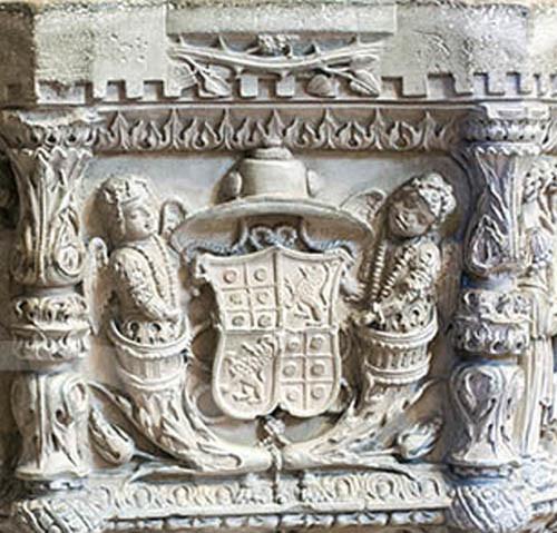 Armas de D. Jorge de Almeida na Pia Batismal chap