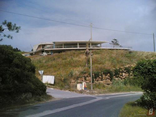 Edifício com esplanada na Serra da Boa Viagem