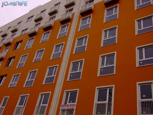 Novo prédio em construção com cores modernas (2