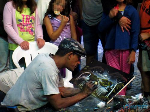 Pintor de quadros a dedo Paulo Pula Pula na Figueira da Foz (3) [en] Finger painting by Paulo Pula Pula in Figueira da Foz