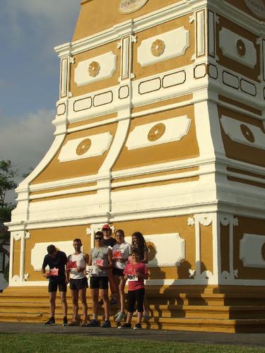Os participantes junto ao monumento da Memória...