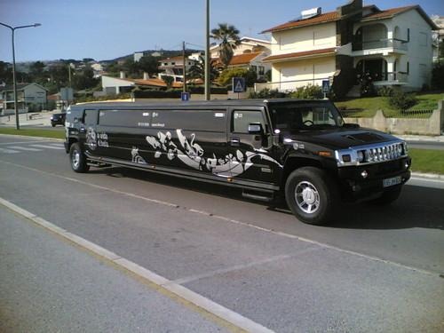 Limousine Hummer bem comprida pela Figueira da Foz