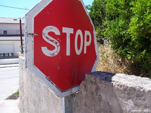Partiram a parede para caber o sinal de Stop (2)