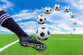 pé-chutando-bola-futebol-foto_csp14672817.jpg