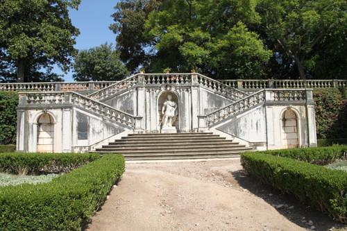 800px-Jardim_Botânico_da_Ajuda_(escadaria_central