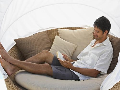 homem-deitado-lendo-um-livro-c02ef