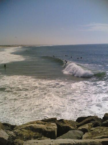 Surfista em cima da onda