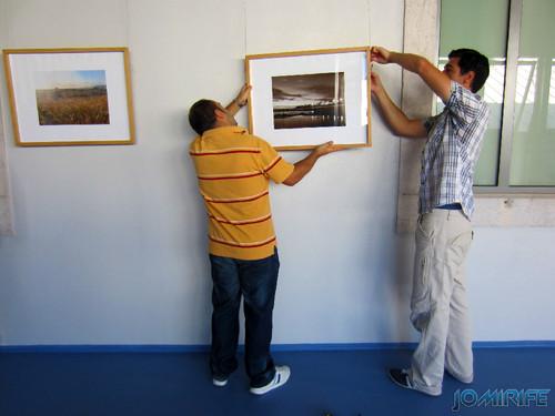 Montagem da exposição colectiva de Fotografia «Figueira da Foz, aqui sou feliz» em comemoração do 131º aniversário da Elevação da Figueira da Foz a Cidade - Pendurar as molduras com as fotografias