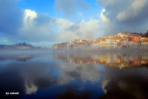 A neblina no rio, o casario ao longe...
