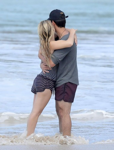 Billie-Lourd-and-Taylor-Lautner-on-the-beach--31.j