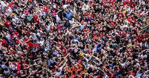 lula aos ombros da multidão.jpg
