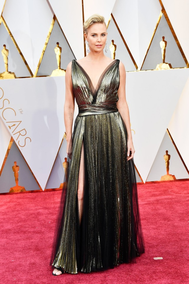 charlize-theron-usually-stuns-on-the-red-carpet-wh