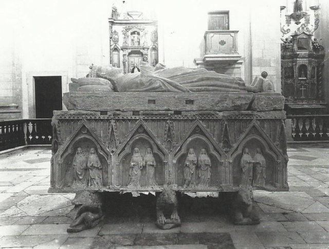 Túmulo-de-D.Dinis-Mosteiro-de-Odivelas.-e15118838