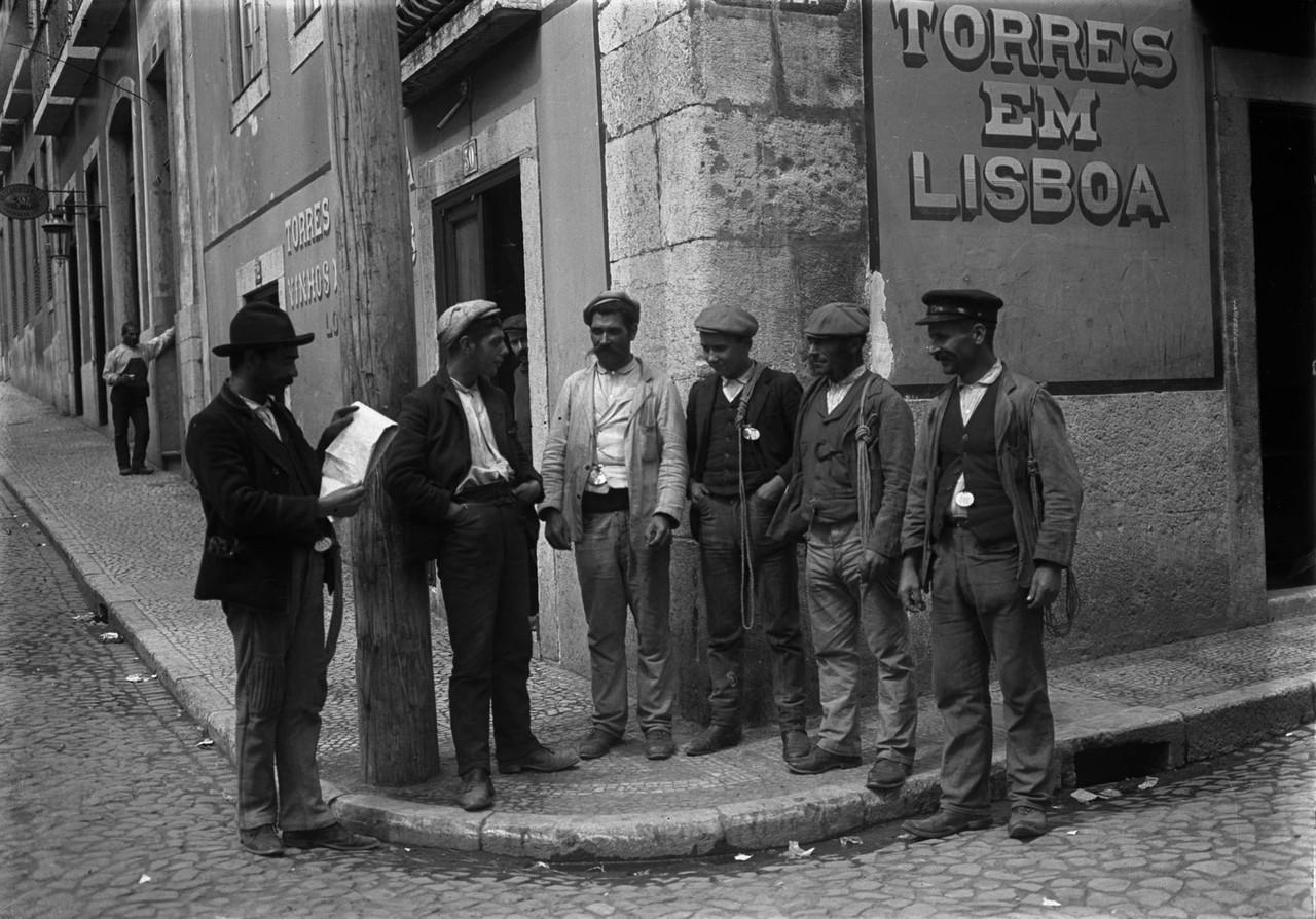 Moços de fretes à espera de trabalho, 1908, foto