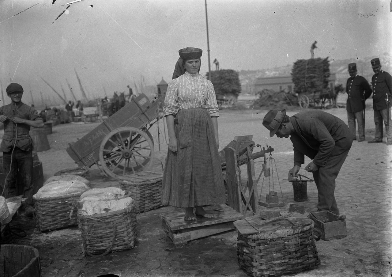 Pesando a varina e o peixe, no Aterro junto à Rib