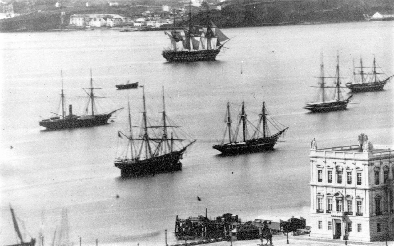 Embarcações à vela no rio Tejo.jpg