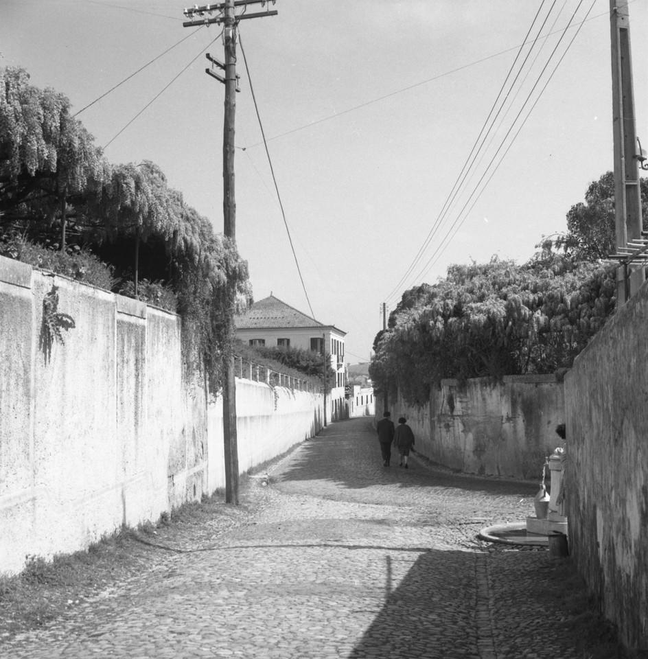Rua Esquerda na confluência com a Rua Direuta em