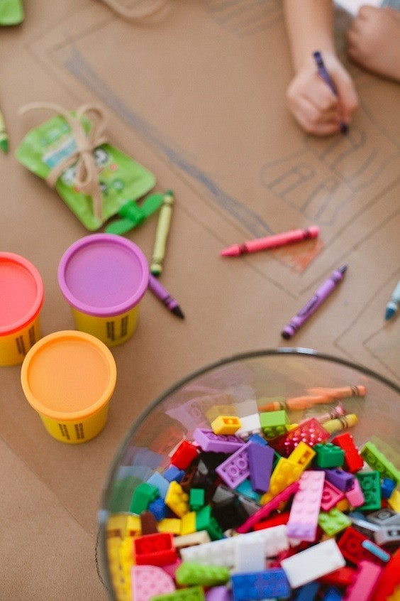 Tips-for-a-Ridiculously-Easy-Table-to-Keep-Kids-En