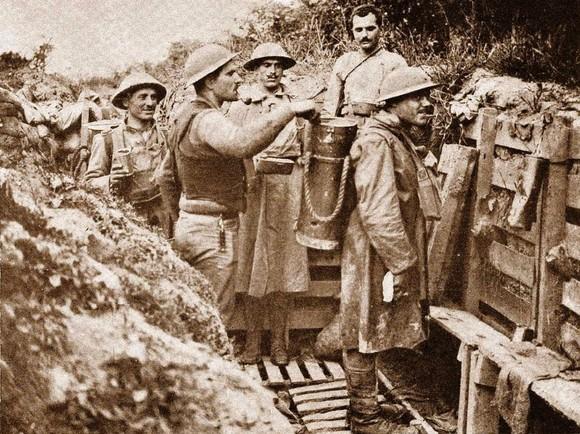 Distribuicao do rancho nas trincheiras do CEP 1917