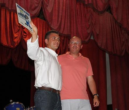 Cláudio Bettencourt recebe o galardão pelo seu desempenho...