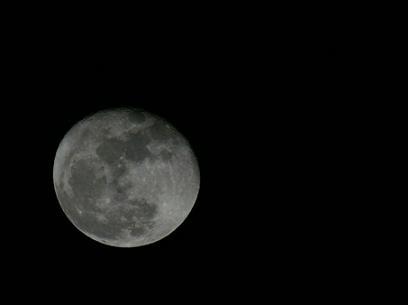 A Lua, ontem à noite em intimidade clara com o fotógrafo...