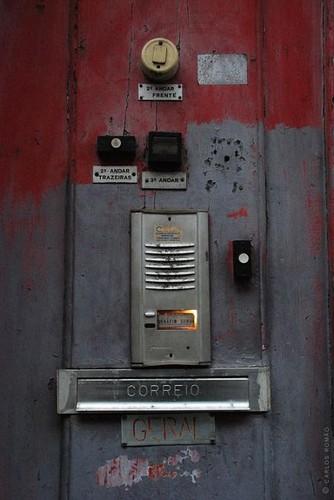 Imaginação e partilha numa velha porta da cidade do Porto...