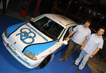 A equipa junto ao Renault Clio com que se vai estrear...