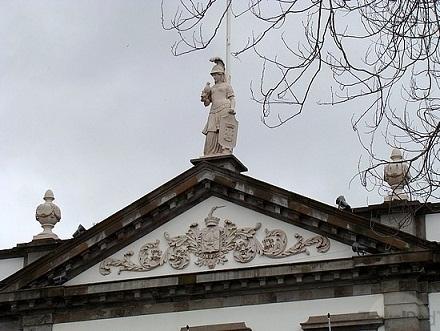 A Républica, encimando a central praça de Angra...