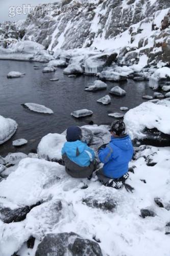 crianças no gelo