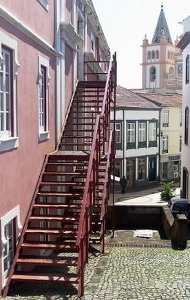 As escadas laterais do Teatro Angrense...-2
