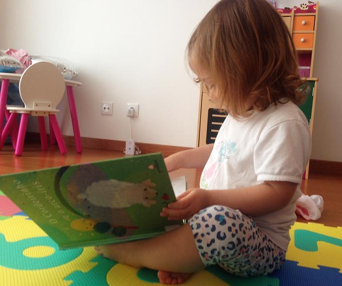 Lara a ler livros infantis